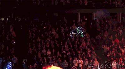 Enlace a Increíble salto en silla de ruedas en slow motion