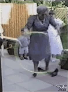 Enlace a A esta abuela no se le da muy bien el hula-hop