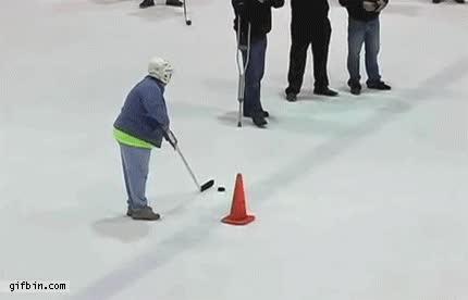Enlace a Mujer de 59 años demuestra su gran calidad con el stick en hockey sobre hielo