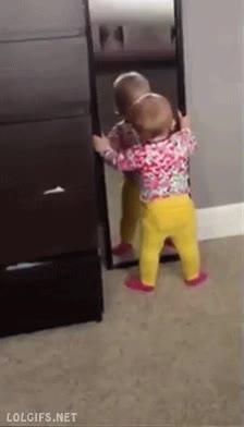 Enlace a Consejo para padres primerizos: no dejéis a vuestro bebé cerca de un espejo de pared sin clavar