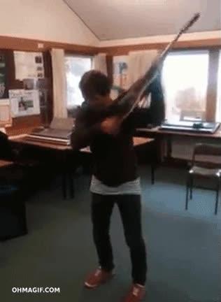 Enlace a Me llevaré la guitarra a clase, quedaré como el rey y todas querrán... oh, mierda...