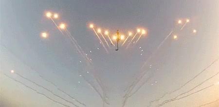 Enlace a Helicóptero lanzando llamaradas de fuego desde la hélice
