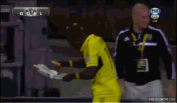Enlace a Curiosa manera de celebrar un gol, ¿habría sido repartidor de pizza antes de jugador?