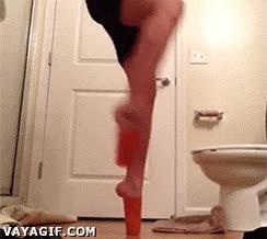 Enlace a ¿A quién se le ocurre practicar ballet en el lavabo?