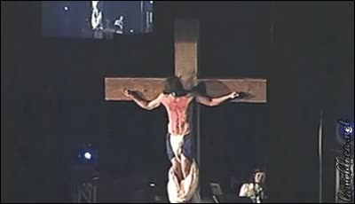 Enlace a Lo normal, haces de Jesucristo crucificado y se te cae varias veces la sábana durante la obra