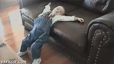 Enlace a Los niños tienen la facilidad de dormirse en la posición mas incómoda que se les ocurra