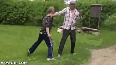 Enlace a Cuando mi hermano pequeño intenta golpearme