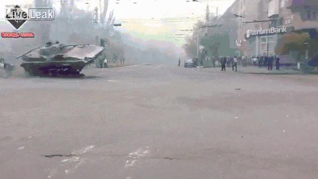 Enlace a Estudiantes queriendo cortar la calle, pero los tanques ucranianos no parecen inmutarse mucho