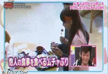 Enlace a Japonesa cogiendo comida de desconocidos en una cámara oculta