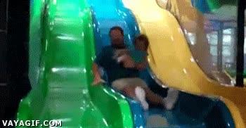 Enlace a La importancia de agarrar bien a tu hijo si te vas a tirar por un tobogán