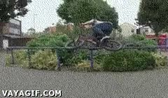 Enlace a Esto sí es grindarse una barandilla con una BMX