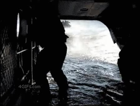 Enlace a Infantes de marina vuelven en lancha a un helicóptero de transporte