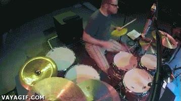 Enlace a Ojo a los reflejos de este batería y sin dejar de tocar