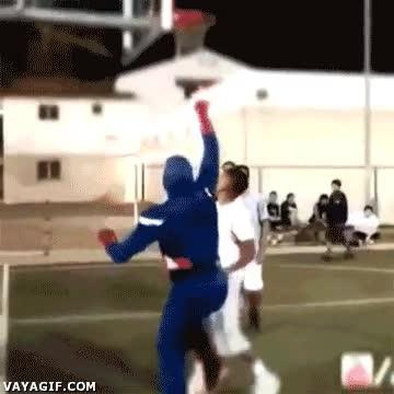 Enlace a Capitán América y sus habilidades baloncestísticas