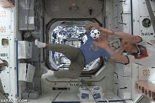 Enlace a Hasta los astronautas están con futbolitis