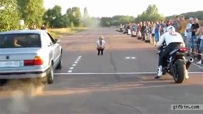 Enlace a ¿Qué estaría mirando el motorista para salir así de empanado?