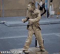 Enlace a Una estatua humana con mucho flow