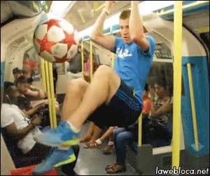 Enlace a Ir en el metro y encontrarte al maestro del balón