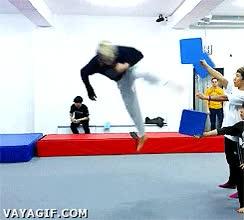 Enlace a Tres patadas voladoras en un solo salto