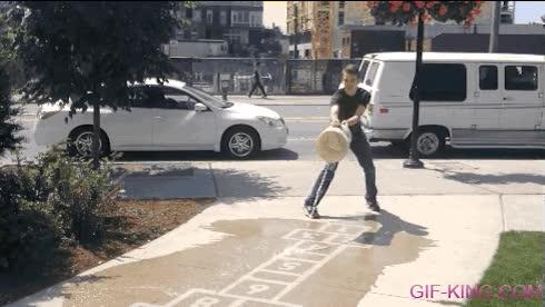 Enlace a No necesitas tiza para jugar en la calle, basta con un cubo de agua mágico