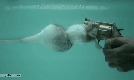 Enlace a Disparando una pistola bajo el agua