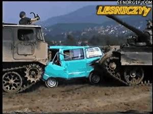 Enlace a Dos tanques arreglando un coche