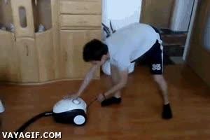 Enlace a Mi madre me ha dicho que aspire el piso, pero no consigo arrancar la aspiradora...