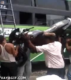 Enlace a ¿Una grúa para subir la moto? ¡Que va hombre, en estos casos hay que usar la cabeza!