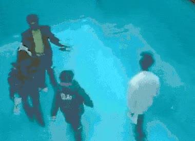 Enlace a ¿Que no haces pie en la piscina? Da igual, se puede pasear por el fondo