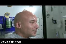 Enlace a ¿Cómo se lava la cabeza un calvo en el espacio?