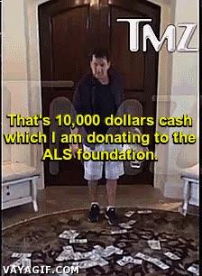 Enlace a Charlie Sheen con el reto del cubo de agua, ¡pero como Dios manda!