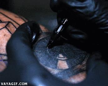 Enlace a Tatuaje a flor de piel [slow-motion]