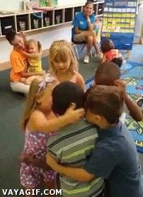 Enlace a Como unos niños reciben a un amigo después de unas vacaciones sin verlo