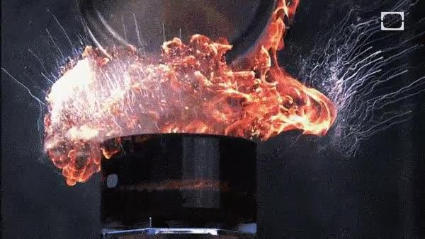 Enlace a Esto es lo que sucede si tiras agua en una olla con grasa hirviendo