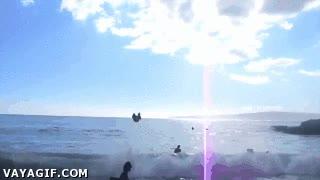 Enlace a ¿Te gusta entrar al mar saltando olas? Pues este tío sabe hacerlo a lo grande
