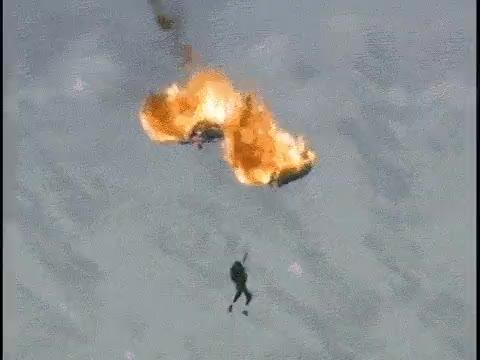 Enlace a Cuando saltas en paracaídas y se te prende fuego