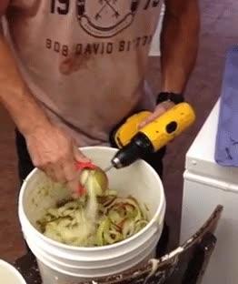 Enlace a No hay una forma más masculina de pelar manzanas