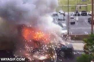 Enlace a Los bomberos sí que los tienen bien puestos, le explota un coche en sus morros y ni se inmuta