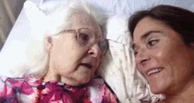 Enlace a Esta abuela de 87 años con Alzheimer, recobra momentaneamente la lucidez y reconoce a su nieta