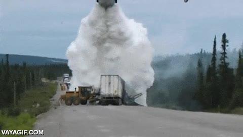 Enlace a ¿Un camión en llamas en plena carretera? Tranquilos, yo me encargo