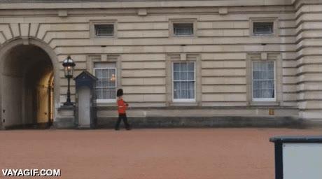 Enlace a Esto es lo que hace la guardia real cuando la Reina de Inglaterra está de vacaciones
