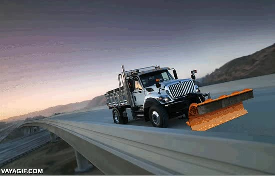 Enlace a La magia del Photoshop convierte un camión en verano en un quita-nieves en pleno invierno