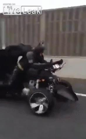 Enlace a La típica tarde de domingo, circulando por la autopista y que te adelante Batman