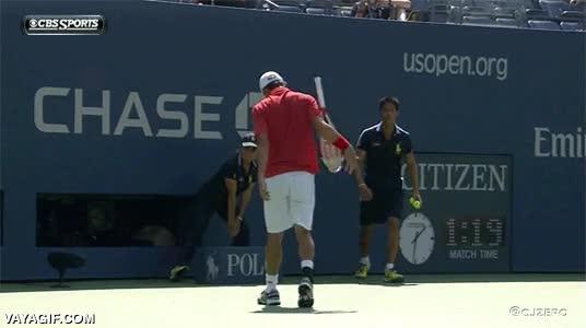 Enlace a Kei Nishikori pillando la raqueta al vuelo de espaldas y sin mirar