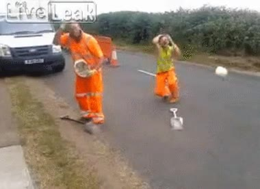 Enlace a El truco del casco de estos obreros no acaba de salir bien