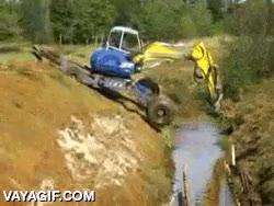 Enlace a Una excavadora saliendo del barro con una habilidad digna de maestro