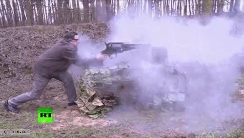 Enlace a Disparando la pistola más grande del mundo