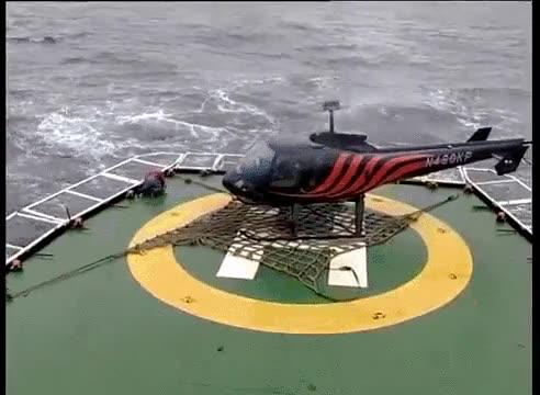 Enlace a Si el helicóptero se hubiera inclinado un poco más, hubiera triturado a este pobre hombre