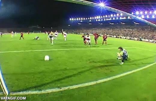 Enlace a El portero se equivoca de lado en el penalti pero no se rinde y lo consigue parar