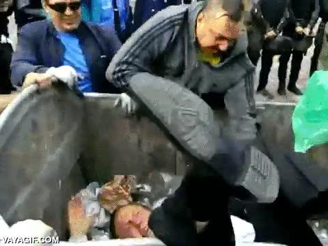 Enlace a Un Ucrania no se están con tonterías, tiran a su ministro de economía a un contenedor de basura